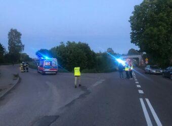 policjanci pracujący na miejscu wypadku