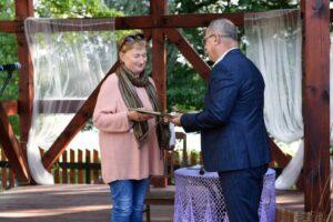 20190803 - Starosta Piski Andrzej Nowicki wręcza nagrodę laureatce 1. miejsca