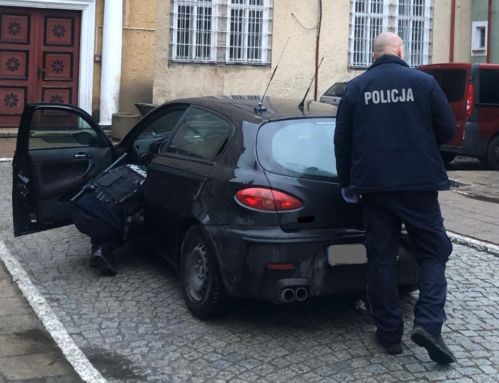 policjanci przeszukujący pojazd