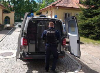 policjant zamykający radiowóz